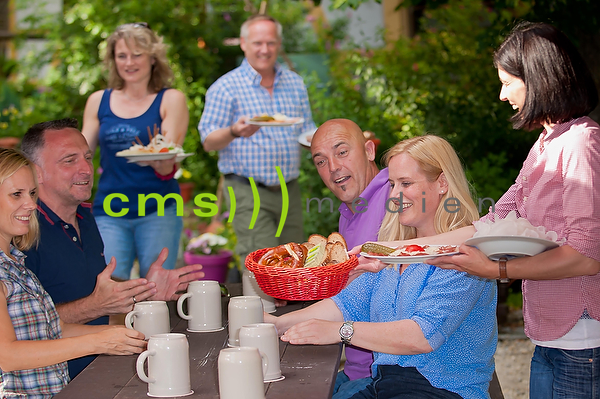 Biergarten in Franken - Bierkeller, Fraenkische Brotzeit , Paare geniessen Brotzeit - Model released © CMS-MEDIEN.EU