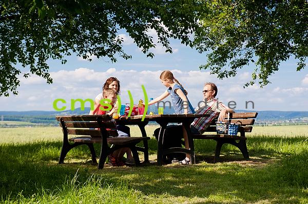 Picknick einer jungen Familie in Bayern - model released © CMS-MEDIEN.EU